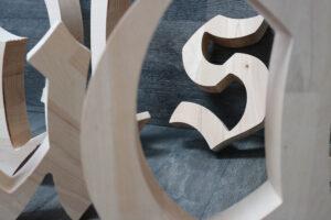 CNC-Fräsen-Holz-3D-Buchstaben-Logo-Massivholz-Details